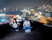 Grupa ludzie biznesu pracuje na dachu przy nocą z plamą Obrazy Stock
