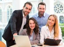 Grupa ludzie biznesu pracuje wpólnie przy biurem zdjęcie stock