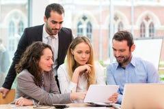 Grupa ludzie biznesu pracuje wpólnie przy biurem obraz stock