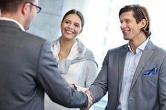 Grupa ludzie biznesu przedstawia jeden inny obraz stock