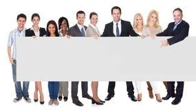 Grupa ludzie biznesu przedstawia pustego sztandar