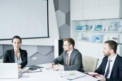Grupa ludzie biznesu Spotyka w sala konferencyjnej obraz royalty free