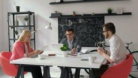 Grupa ludzie biznesu spotyka wokoło stołu 20s 4k zdjęcie wideo