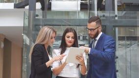 Grupa ludzie biznesu używa pastylka komputer podczas spotkania Zdjęcia Stock