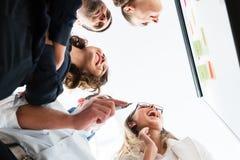 Grupa ludzie biznesu w biurze przy kreatywnie brainstorming zdjęcie royalty free