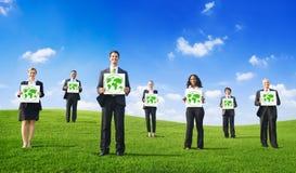 Grupa ludzie biznesu z Zielonymi pojęciami zdjęcie stock
