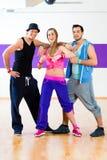 Grupa mężczyzna i kobiety tanczy zumba fotografia stock