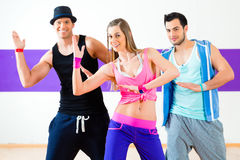 Grupa mężczyzna i kobiety tanczy zumba zdjęcie stock