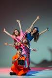 Grupa mężczyzna, kobieta i wieki dojrzewania, tanczy hip hop choreografię fotografia royalty free