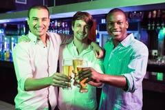 Grupa mężczyzna wznosi toast z szkłem piwo obraz royalty free