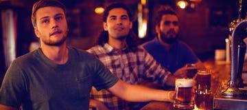 Grupa męscy przyjaciele ogląda futbolowego dopasowanie zdjęcie royalty free