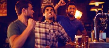 Grupa męscy przyjaciele ogląda futbolowego dopasowanie fotografia stock