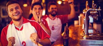 Grupa męscy przyjaciele ogląda futbolowego dopasowanie zdjęcie stock