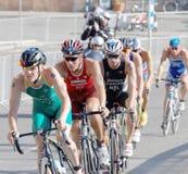 Grupa męski kolarstwa triathlon konkurentów walczyć Zdjęcie Stock