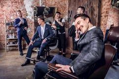 Grupa młoda elegancka pozytywna mężczyzna poza w wnętrzu zakład fryzjerski Zdjęcie Royalty Free