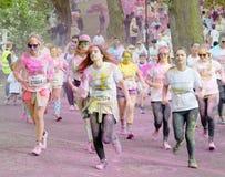 Grupa młode dziewczyny zakrywać z koloru proszka bieg Zdjęcie Royalty Free
