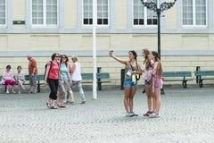 Grupa młode dziewczyny zrobił autoportretowi Obraz Royalty Free