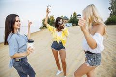 Grupa młody atrakcyjny dziewczyn cieszyć się wyrzucać na brzeg przyjęcia Obrazy Stock