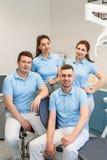 Grupa młody i szczęśliwy stomatologiczny lekarka stojak blisko each inny przy stomatologiczną kliniką Pracy zespo?owej i biznesu  obrazy royalty free