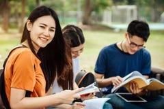 Grupa młody lub nastoletni azjatykci uczeń w uniwersytecie zdjęcia royalty free