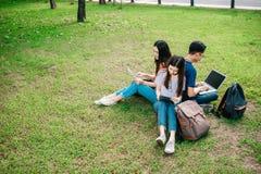 Grupa młody lub nastoletni azjatykci uczeń w uniwersytecie zdjęcia stock