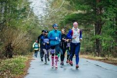 Grupa młodych dziewczyn atlety biega wzdłuż drogi Obraz Stock