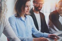 Grupa młodych przedsiębiorców pracujący czas przy pogodnym biurem Ludzie biznesu spotyka pojęcie zamazujący tło horyzontalny Obrazy Stock