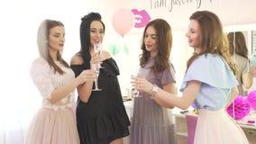 Grupa młodzi atrakcyjni szczęśliwi z podnieceniem żeńscy przyjaciele świętuje przyjęcia urodzinowego z szampańskimi szkłami przy  zdjęcie wideo