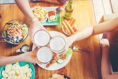 Grupa młodzi azjatykci ludzie świętuje piwnych festiwali/lów szczęśliwego whi fotografia royalty free
