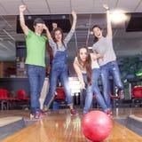 Grupa młodzi dorosli ma zabawy bawić się Fotografia Stock