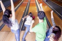 Grupa młodzi dorosli ma zabawy bawić się Obraz Stock