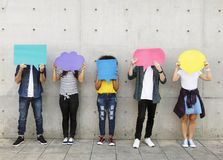 Grupa młodzi dorosli outdoors trzyma pustego plakat fotografia royalty free
