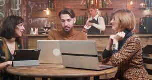 Grupa młodzi freelancers dyskutuje nowych pomysły podczas gdy na przerwie na lunch zbiory wideo