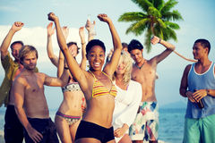 Grupa młodzi ludzie Świętuje plażą zdjęcie royalty free