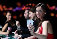 Grupa młodzi ludzie bawić się grzebaka przy uprawia hazard domem obrazy stock