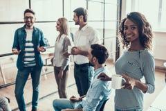 Grupa Młodzi ludzie biznesu na przerwie w biurze obrazy royalty free