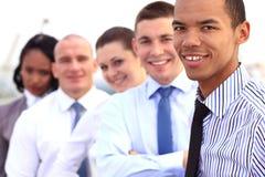 Grupa młodzi ludzie biznesu pozować plenerowy Obraz Royalty Free