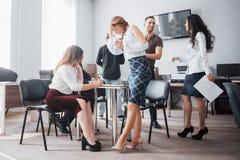 Grupa młodzi ludzie biznesu pracuje wpólnie i komunikuje w kreatywnie biurze obrazy royalty free