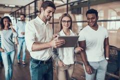 Grupa Młodzi ludzie biznesu używa pastylkę zdjęcia royalty free