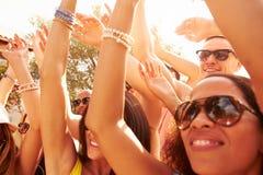 Grupa młodzi ludzie Cieszy się Plenerowego festiwal muzyki obraz stock