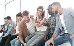 Grupa młodzi ludzie dyskutuje nową informację obraz royalty free