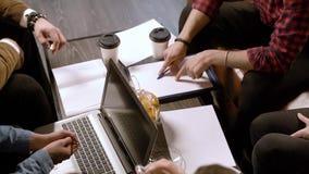 Grupa młodzi ludzie dyskutuje nowego pomysł w kawiarni zdjęcie wideo