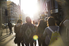 Grupa młodzi ludzie i miasto obrazy stock