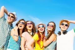 Grupa młodzi ludzie jest ubranym okulary przeciwsłonecznych i kapelusz Obrazy Stock
