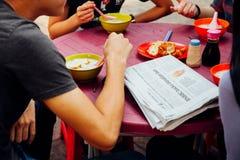 Grupa młodzi ludzie ma śniadanie w Chinatown, Kuala Lum Obraz Stock