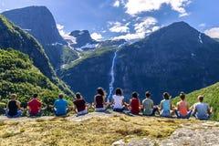 Grupa młodzi ludzie podróżuje wokoło Norwegia Obraz Royalty Free