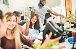 Grupa młodzi ludzie pracowników pracowników ma zabawę z vr wirtualnymi gogle Zdjęcie Stock