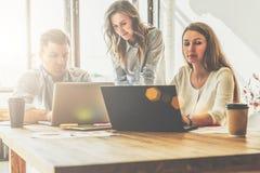 Grupa młodzi ludzie pracuje wpólnie Ludzie pracują na laptopach, dyskutują plan biznesowego, strategia rozwoju Zdjęcia Stock