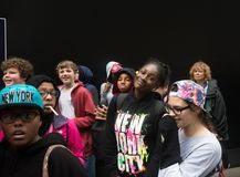 Grupa młodzi ludzie przeciw czerni ścianie Obrazy Stock