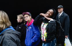 Grupa młodzi ludzie przeciw czerni ścianie Zdjęcia Royalty Free